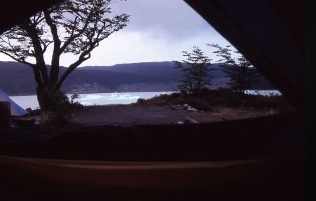 Ausblick aus dem Zelt heraus auf Eisberge des Grey Gletschers