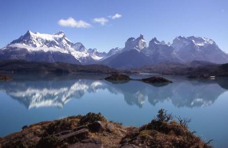 Torres del Paine Massiv über Lago Pehoe, Patagonien Landschaft