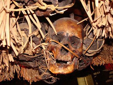 Totenköpfe hängen auch heute noch überall unter den Dächern der Langhäuser